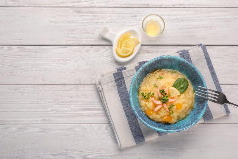 Role com camarões saborosos e grãos na tabela foto de stock