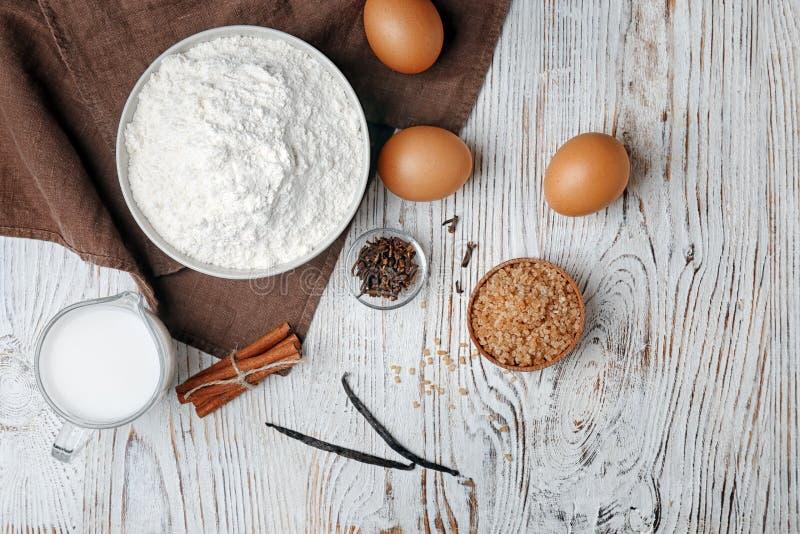 Role com farinha, ovos e jarro de leite imagens de stock royalty free