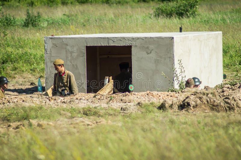 Roleplay - stridreenactment på utkanten av Moskva under världskrig 2 i den Kaluga regionen i Ryssland royaltyfria bilder