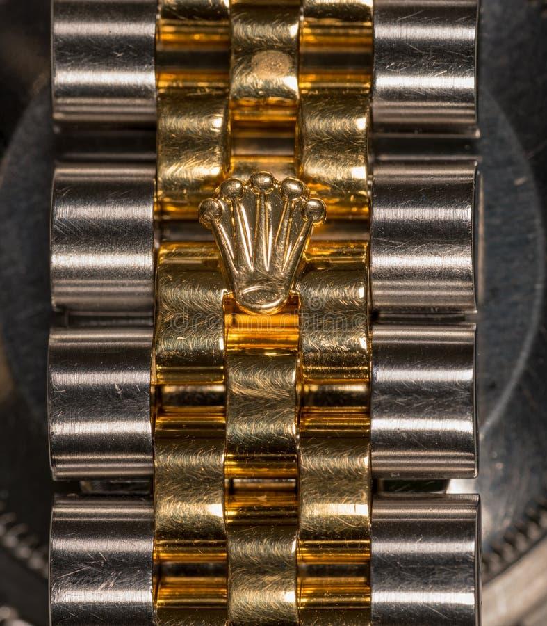 Rolex-kroonembleem in goud op het horloge van mensen royalty-vrije stock foto