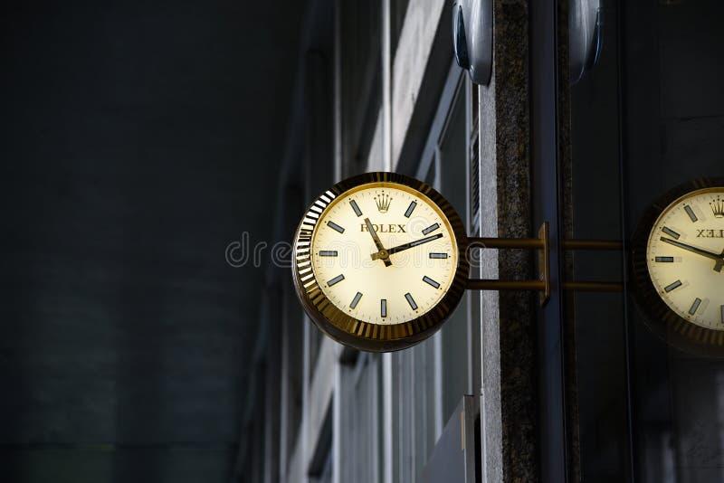 Rolex olha anuncia na entrada à loja do relógio fotografia de stock