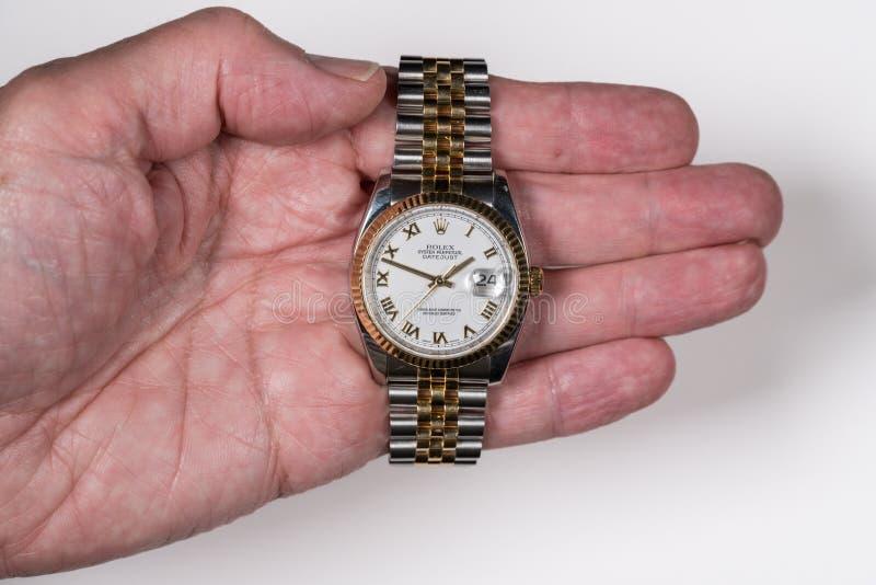 Rolex ostronDatejust mäns klocka i gammal manlig hand fotografering för bildbyråer