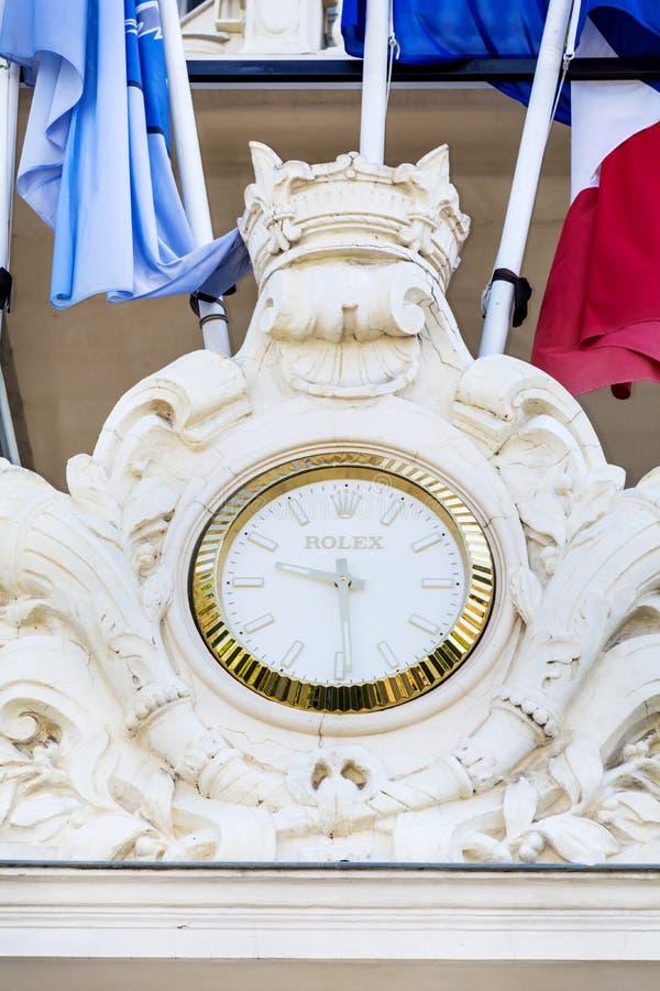 Rolex synchronisent sur la façade de l'hôtel à Cannes, France photographie stock libre de droits