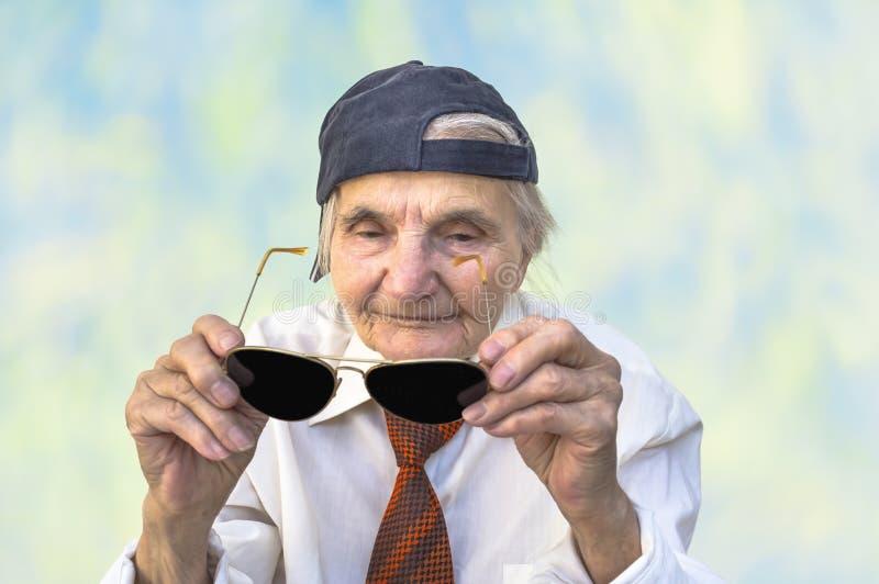 Rolig äldre kvinna med glasögon fotografering för bildbyråer