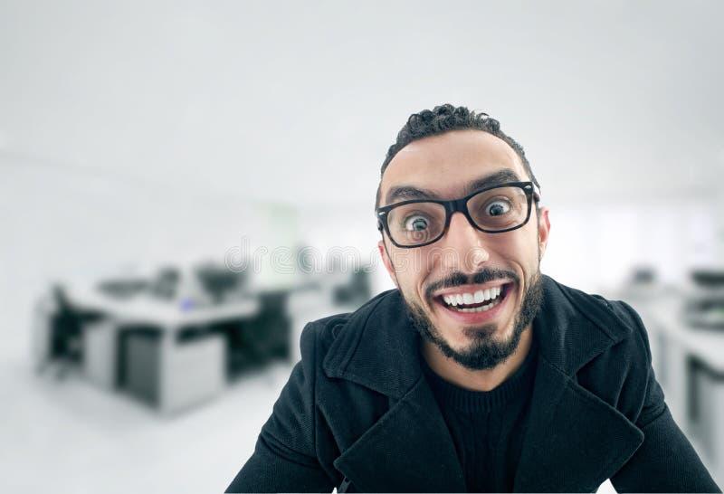 Rolig affärsman med galet uttryck fotografering för bildbyråer