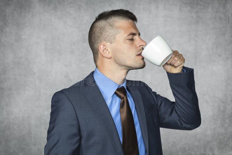 Rolig affärsman som dricker kaffe arkivfoton