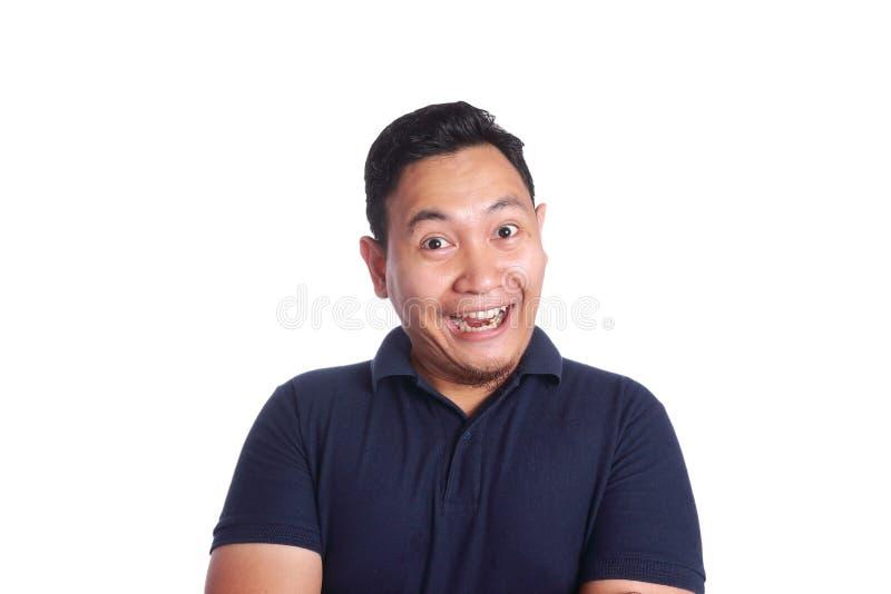 Rolig asiatisk man som ler över vit bakgrund royaltyfri fotografi
