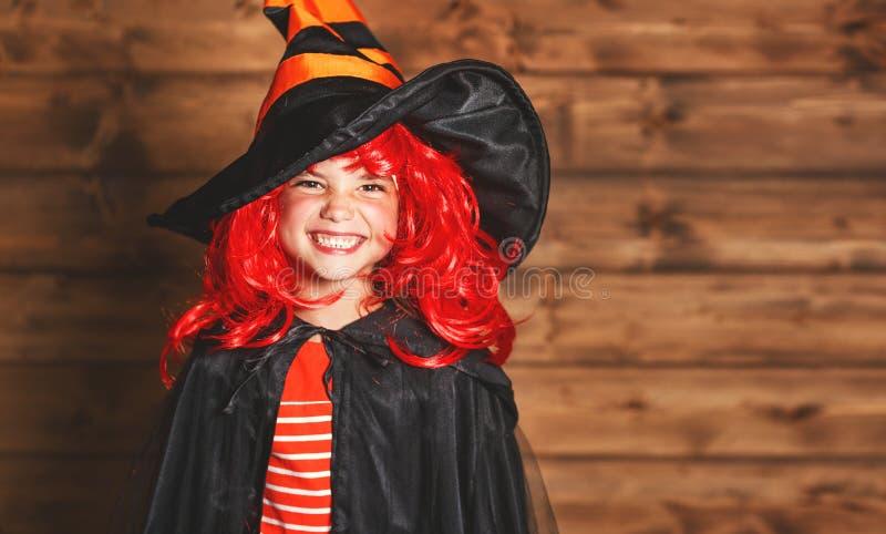 Rolig barnflicka i häxadräkt i halloween fotografering för bildbyråer