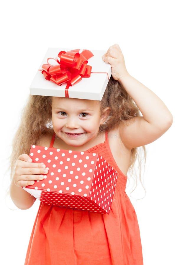 Rolig barnflicka med gåvaasken arkivfoton