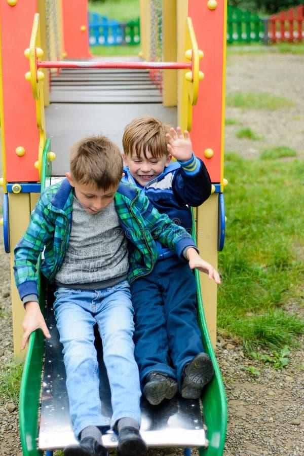 Rolig barnlek på en lekplats för barn` s royaltyfri fotografi