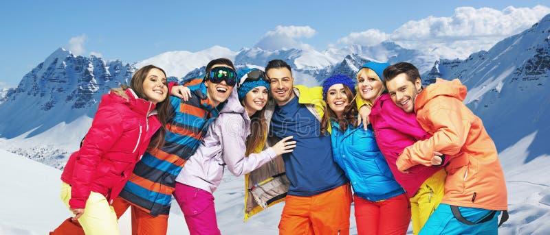 Rolig bild av unga snowboarders royaltyfri bild