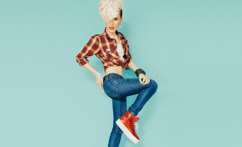 Rolig blond modell med stilfull frisyr arkivfoto