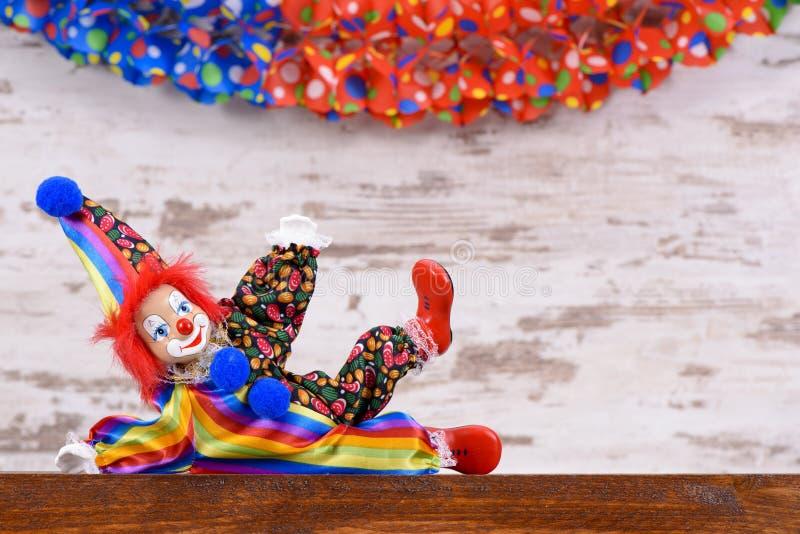 Rolig clown med den färgrika dräkten royaltyfri foto