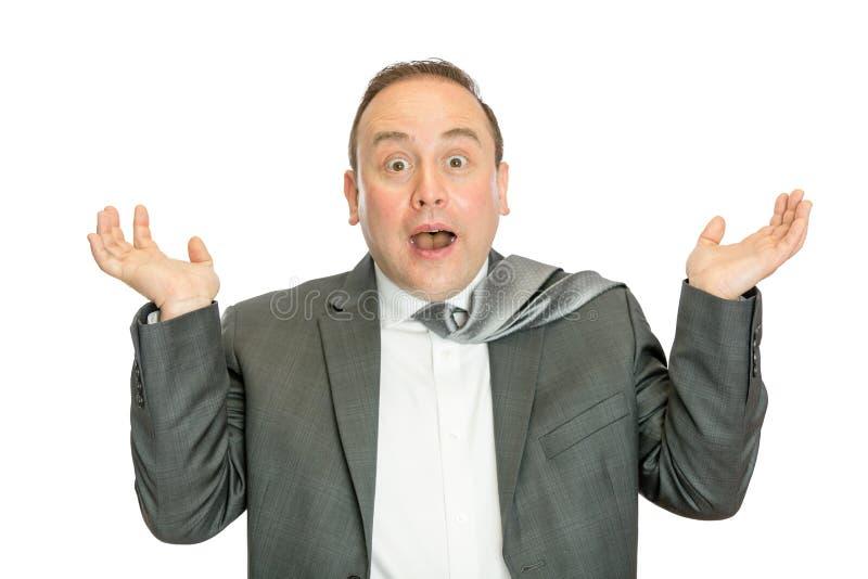 Rolig förvånad affärsman, i att rycka på axlarna för dräkt royaltyfri foto