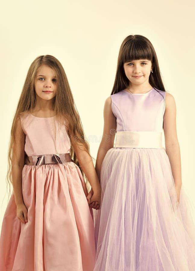 Rolig familj Två gulliga flickor för små barn royaltyfri bild