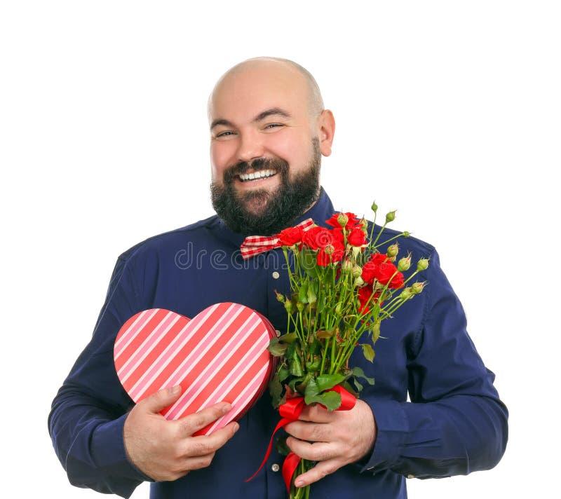Rolig fet man med buketten av blommor och giftbox royaltyfria bilder
