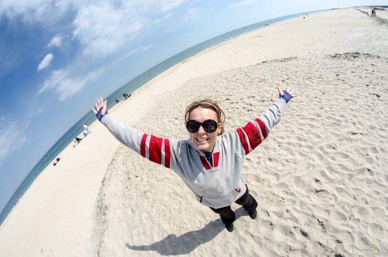 Rolig fisheyesikt av den unga kvinnan som tycker om stranden på den Assateague ön Maryland arkivbilder