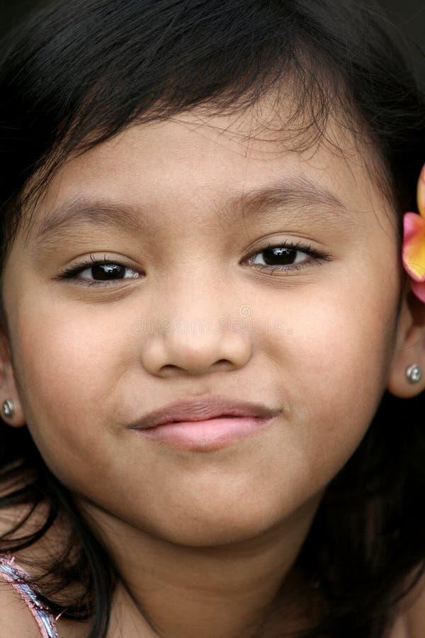 rolig flicka för framsida little som ler arkivfoto