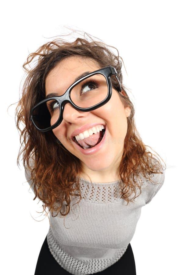 Rolig flicka för Geek som från sidan sjunger och ser royaltyfria bilder