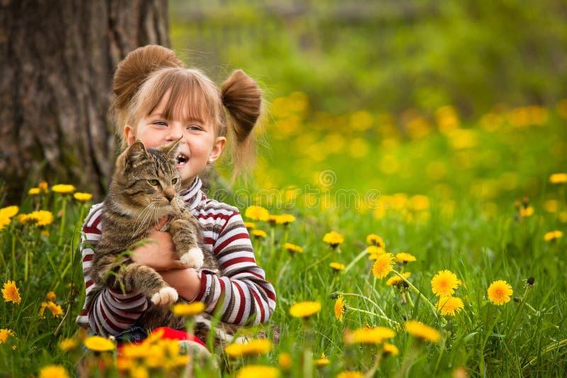 rolig flicka för katt little som leker royaltyfria foton