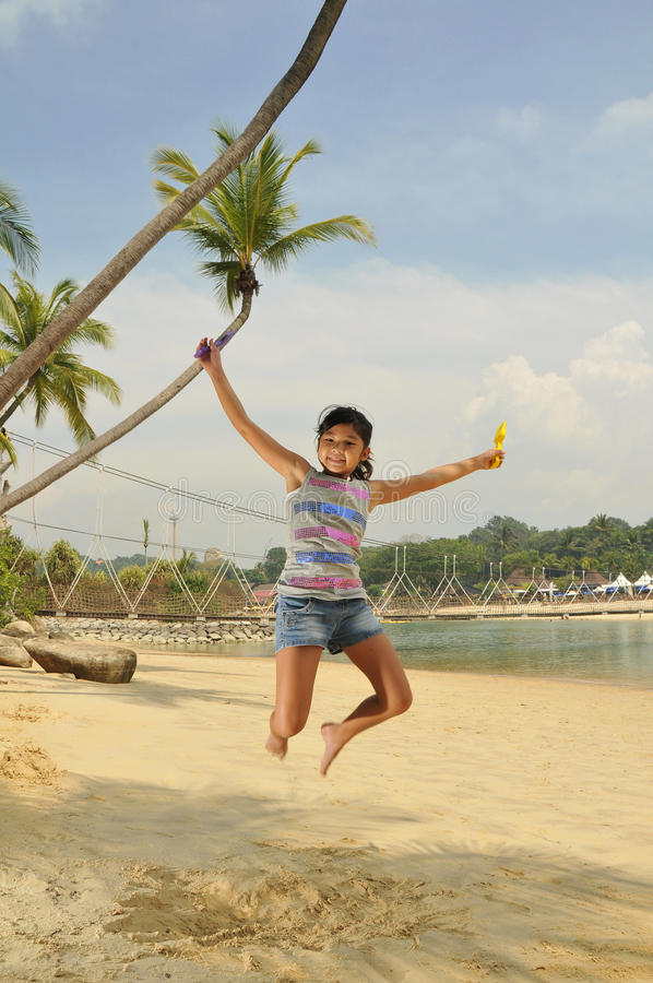 rolig flicka för strand som har barn arkivbilder