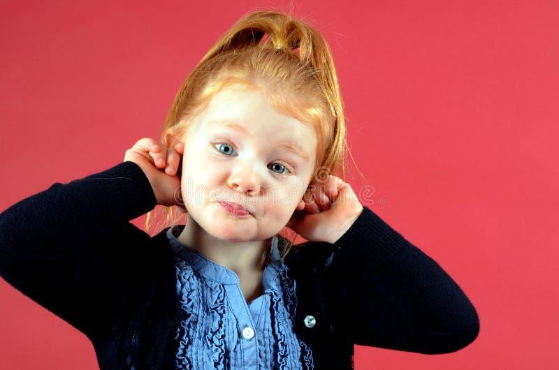 rolig flicka för framsida little som gör som är nätt royaltyfri fotografi