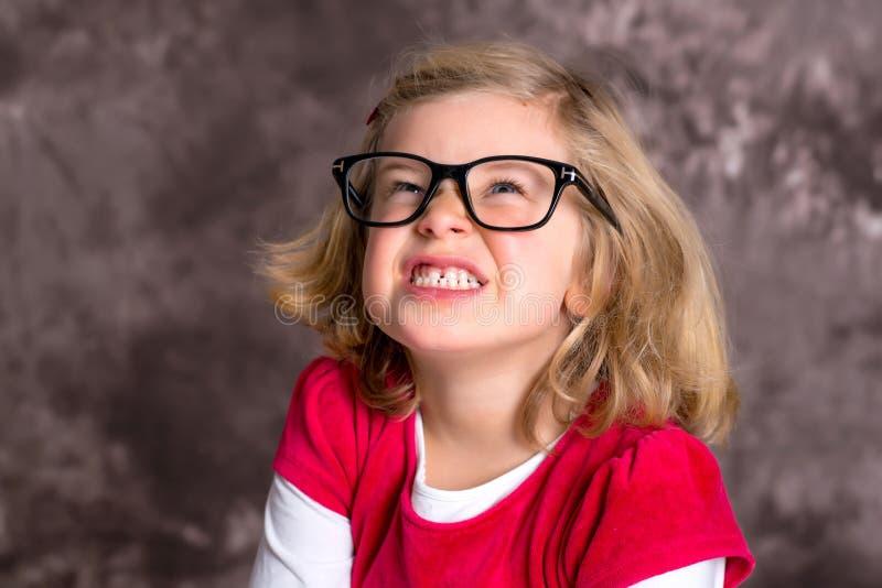 Rolig flicka med stora exponeringsglas fotografering för bildbyråer
