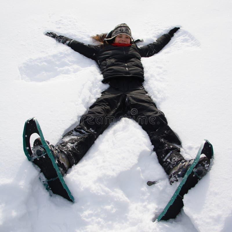 rolig flicka som har snow arkivbilder