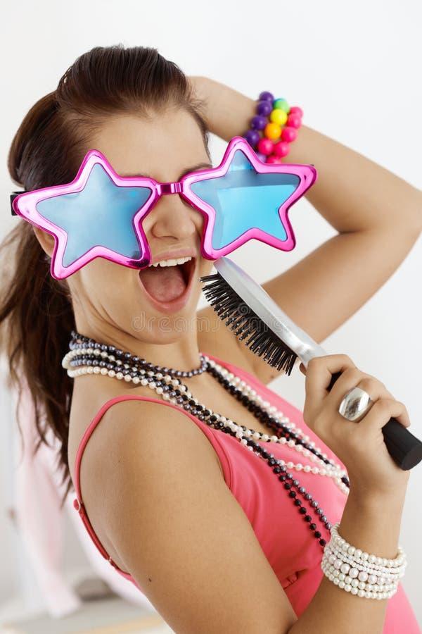 rolig flicka som har tonårs- royaltyfri fotografi