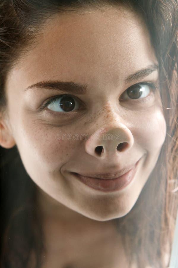 Rolig framsida av den gulliga enfaldiga kvinnliga tonåringen arkivfoton