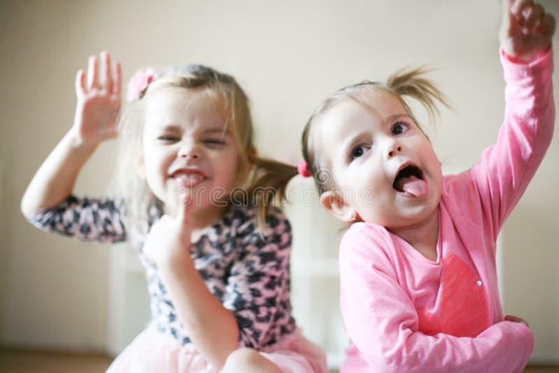 rolig framsida flickor little två royaltyfri fotografi