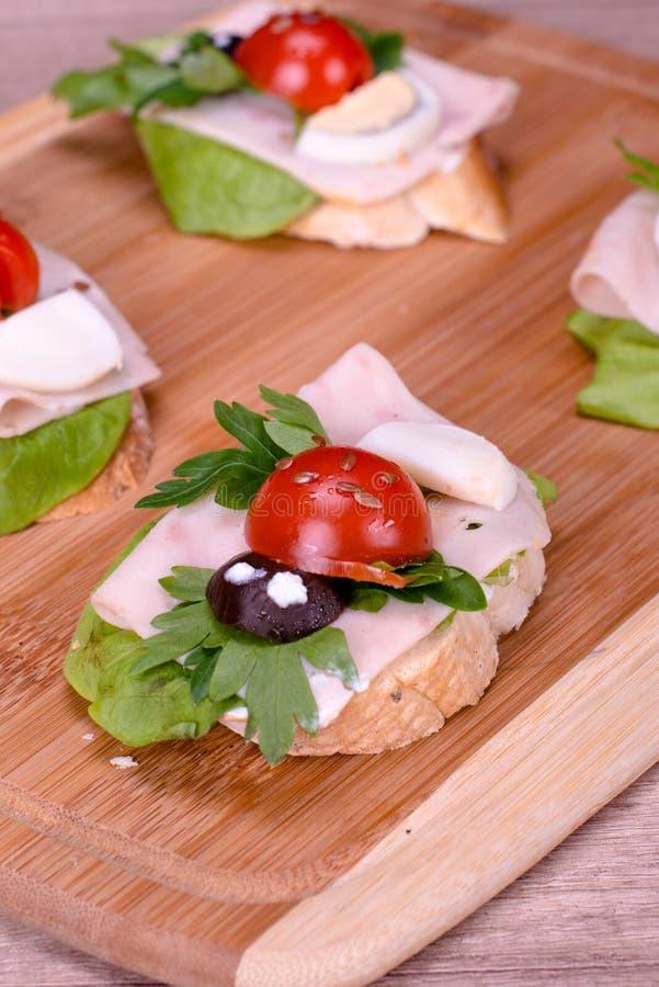 Rolig framsidafrukostsmörgås för ungar arkivbild