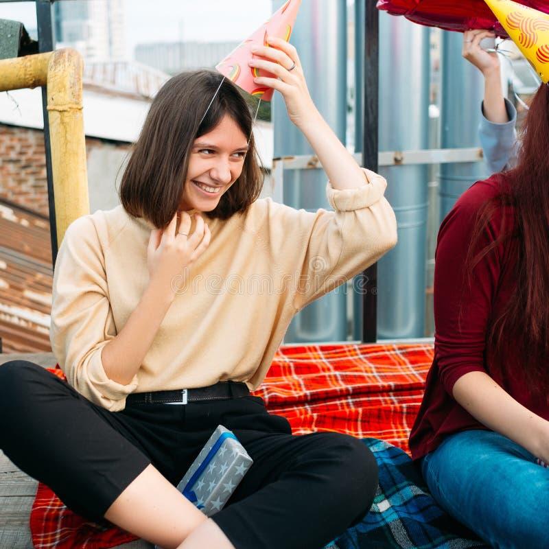 Rolig fritid för vänparti som ler flickan royaltyfri foto