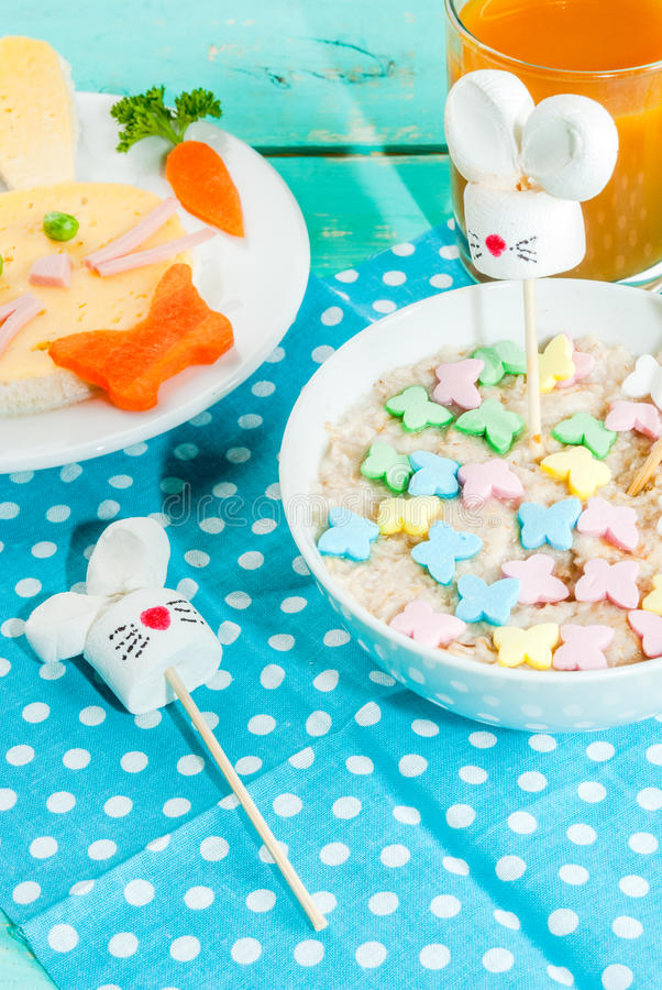 Rolig frukost för barn` s på påsken royaltyfri fotografi
