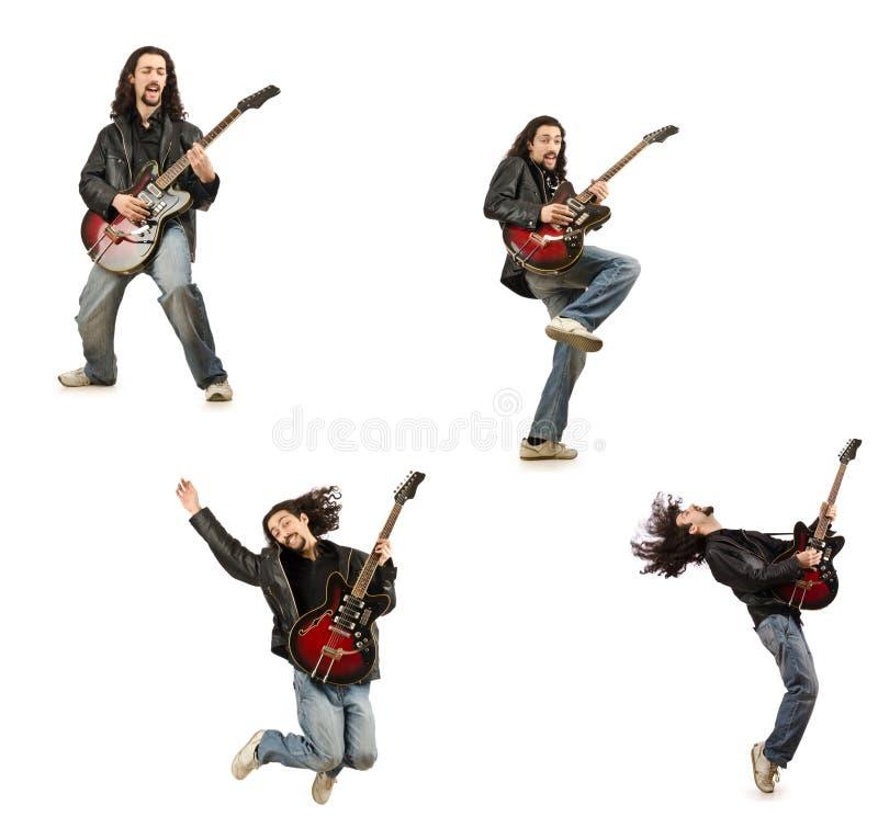 Rolig gitarrspelare som isoleras på vit royaltyfria foton