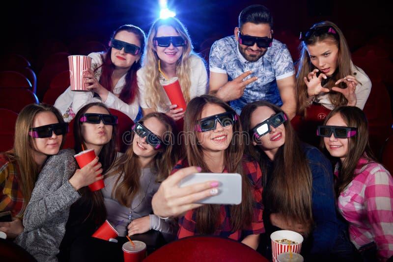 Rolig grupp av studenter som gör fotoet på smartphonen arkivbilder