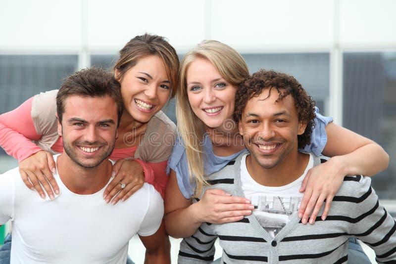 rolig grupp för vänner som har royaltyfri bild
