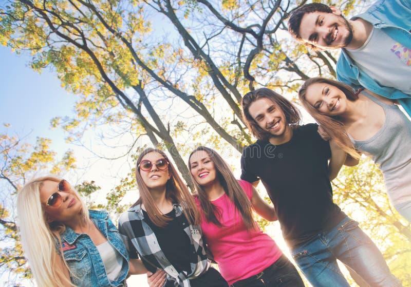 rolig grupp som utomhus har folkbarn royaltyfria bilder