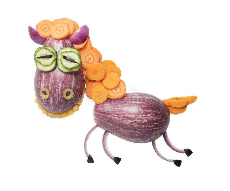 Rolig häst som göras av gurkan och kål royaltyfria bilder