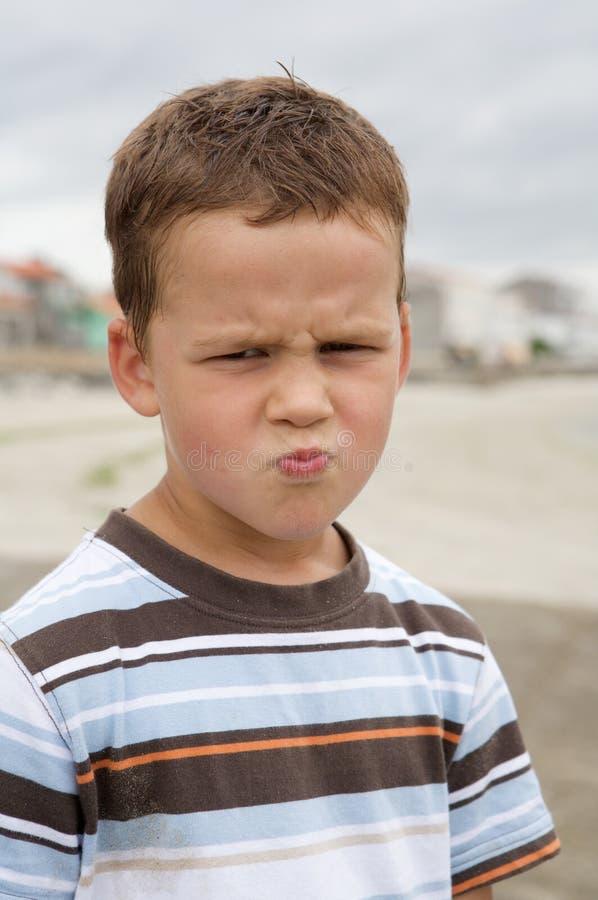 rolig ilsken pojke arkivfoton