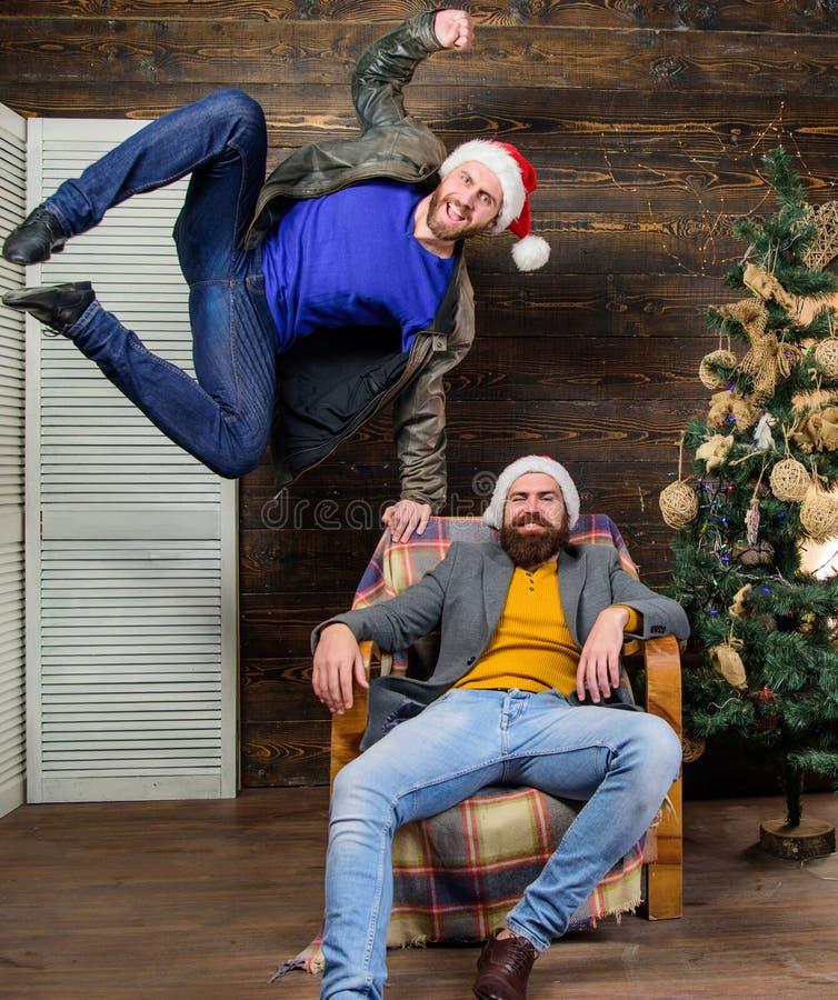 rolig jul Vänner som har gyckel på julhelgdagsafton Kan inte rymma tillbaka sinnesrörelser Emotionell direktstöt Välta väntan Änd arkivfoto