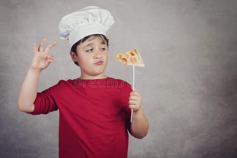 Rolig kock för barn med skivapizza royaltyfri fotografi