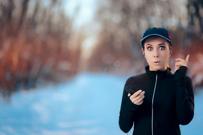 Rolig konditionkvinna som lyssnar till musik på hennes Smartphone royaltyfria bilder