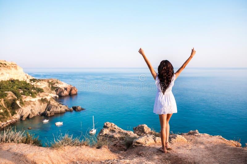 Rolig kvinna för lycklig sommar som tycker om solen med armar upp i luftpanoraman arkivfoton