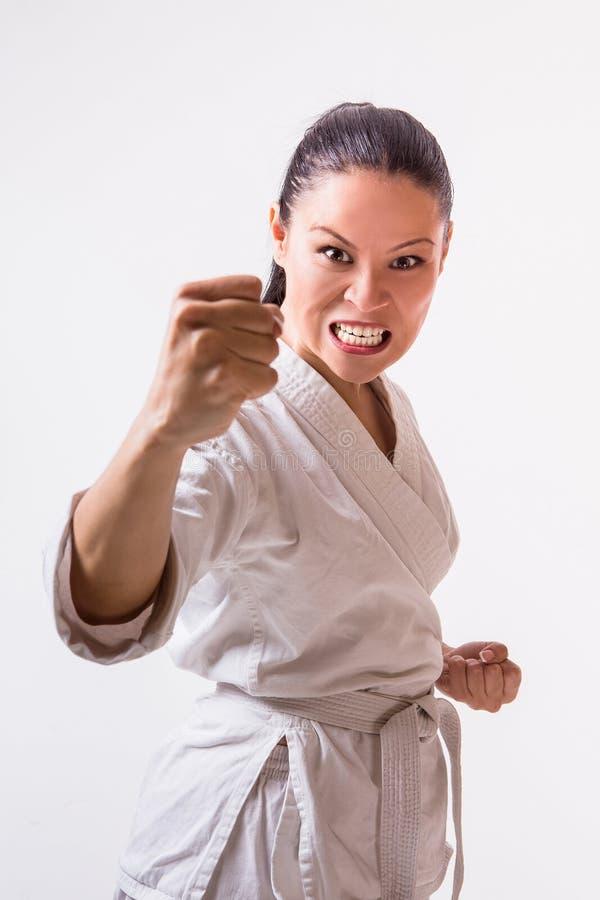 Rolig kvinna i kimono på vit arkivbild