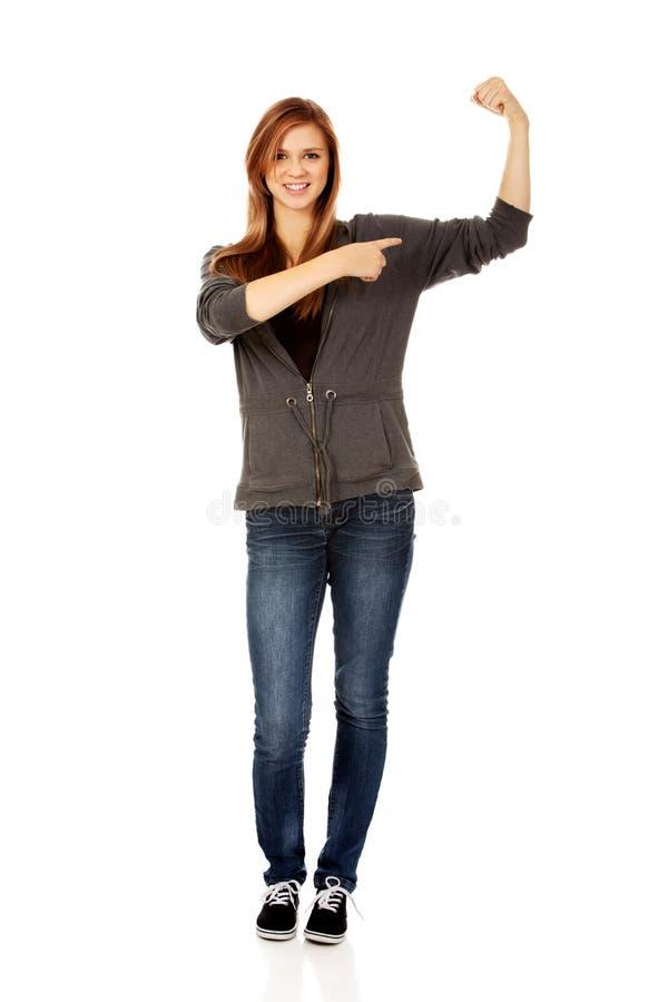 Rolig kvinna som visar henne muskler royaltyfri bild
