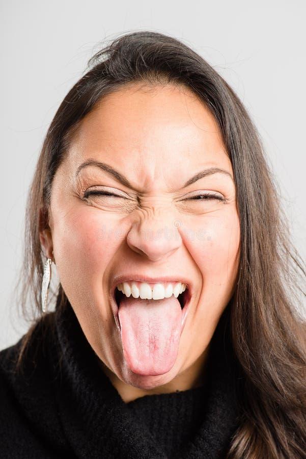 Bakgrund för grå färg för definition för kick för rolig kvinnastående verkligt folk royaltyfria foton