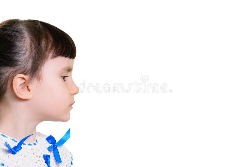 Rolig le liten flickastående över vit bakgrund royaltyfri bild