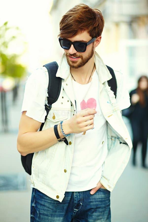 Rolig le stilig man för hipster i hipstertorkduk i gatan arkivfoto