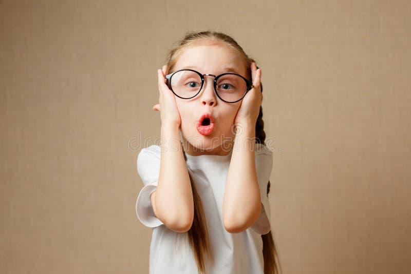 Rolig liten flicka i exponeringsglas royaltyfri foto